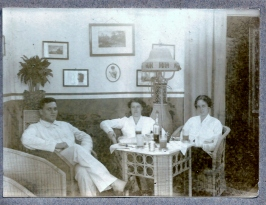 Mr.H.Bogaardt, Maartje Haalebos en onebekend
